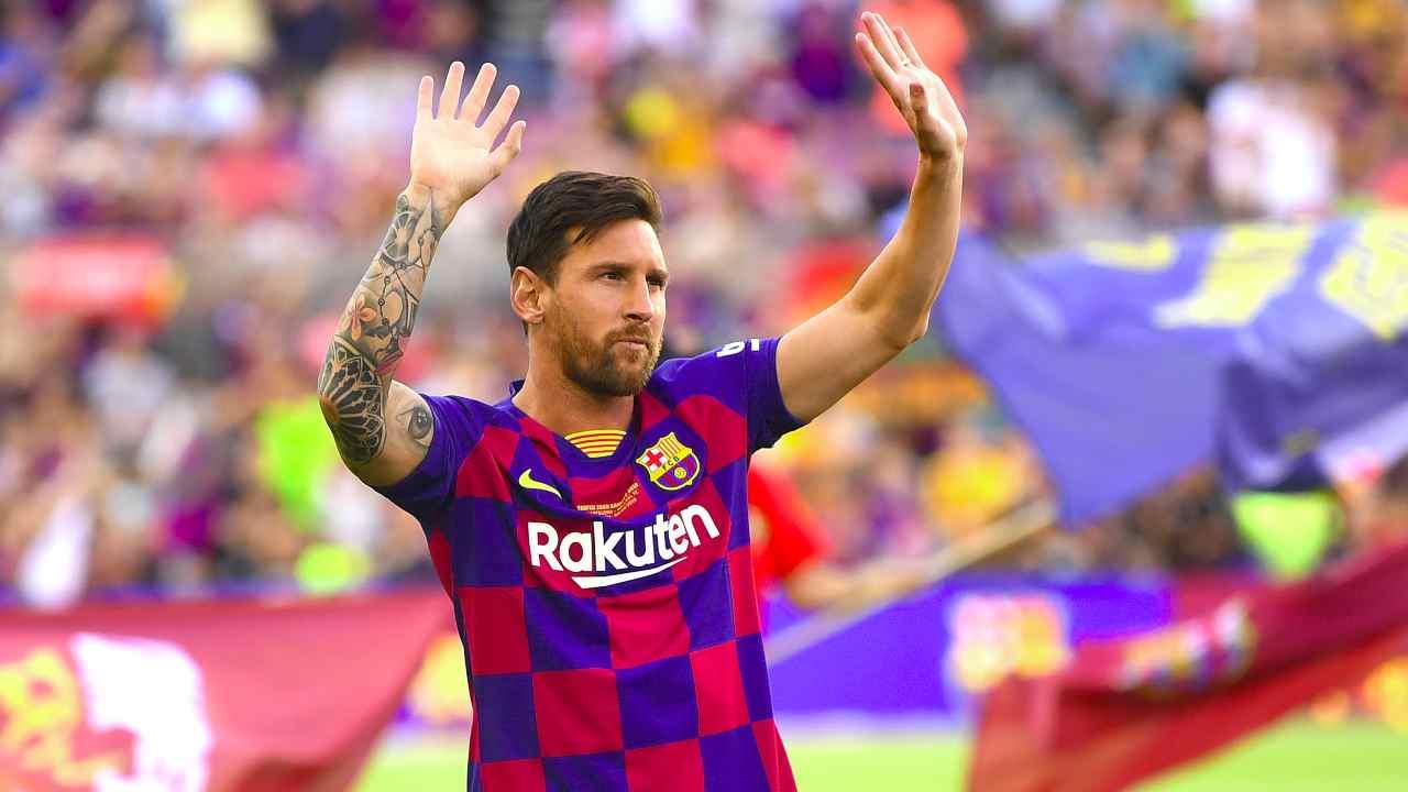 Barcellona, Leo Messi saluta i tifosi prima dell'inizio del torneo Joan Gamper a Camp Nou, 4 agosto 2019 (foto di David Ramos/Getty Images)