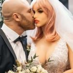 """Bodybuilder sposa la bambola gonfiabile: """"Sono un maniaco del sesso, è la donna perfetta per me"""""""