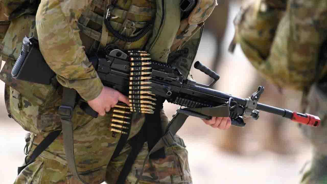 Afghanistan, soldato australiano beve dalla gamba di un talebano morto
