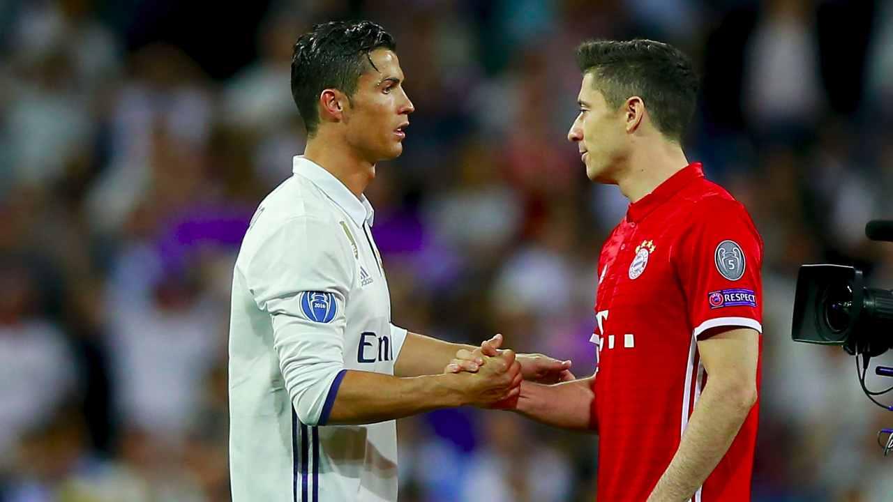 Da sinistra: Cristiano Ronaldo con la maglia del Real Madrid e Robert Lewandowski del Bayern Monaco si stringono la mano durante la partita di Champions League del 18 aprile 2017 (Photo by Gonzalo Arroyo Moreno/Getty Images)