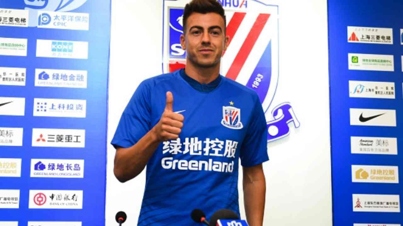 Shanghai Shenhua, l'attaccante Stephan El Shaarawy al momento della firma del contratto (foto © Shaghai Greenland Shenhua)