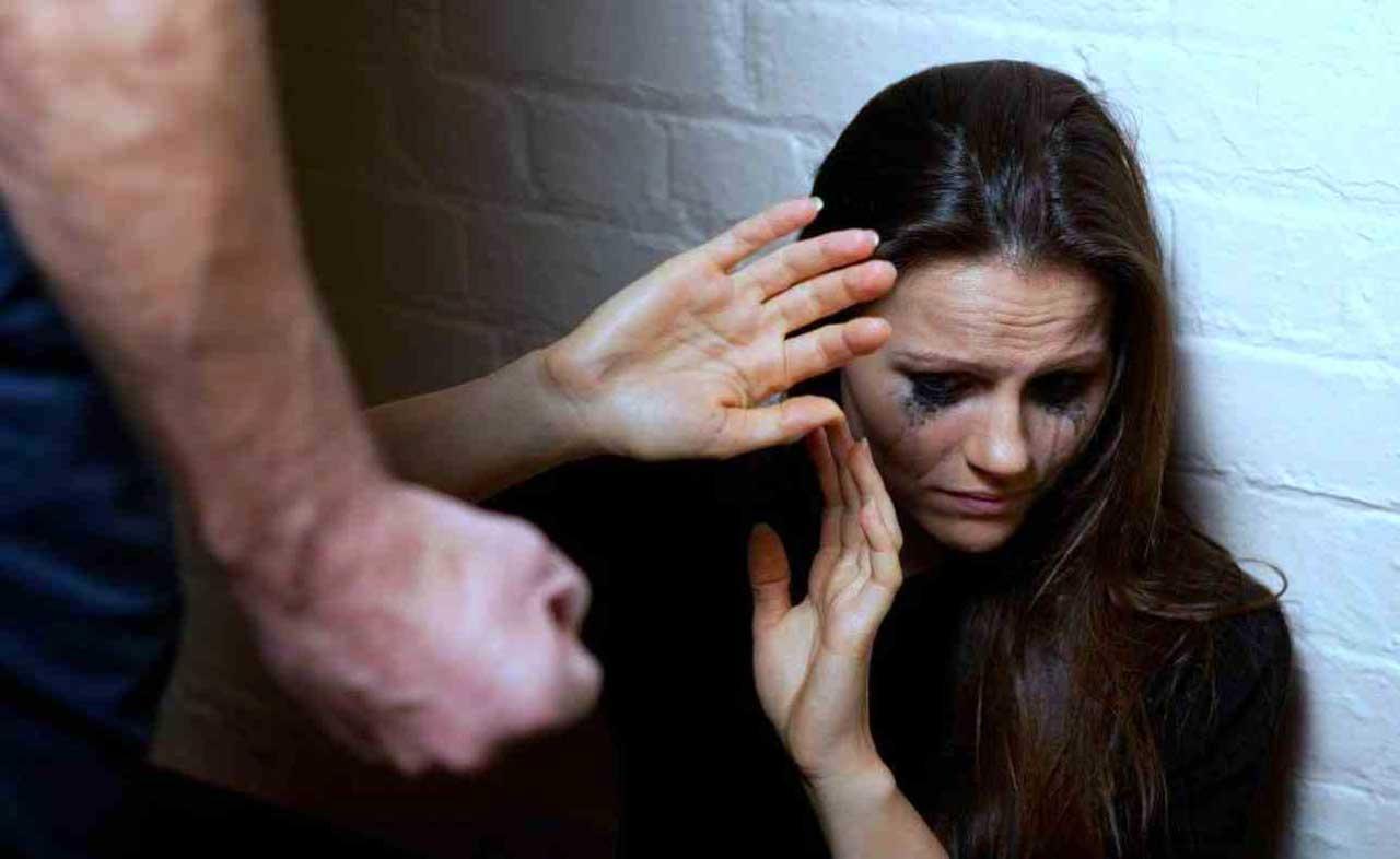 evade domiciliari per picchiare ex moglie carcere reggio emilia