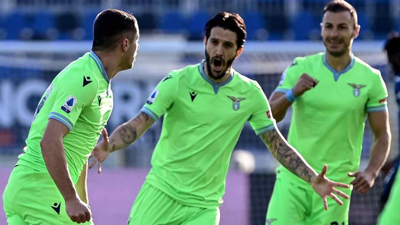 Lazio, da sinistra: Adam Marusic festeggia il suo gol all'Atalanta con Luis Alberto e Joaquin Correa, 31 gennaio 2021 (foto di Miguel Medina/AFP via Getty Images)