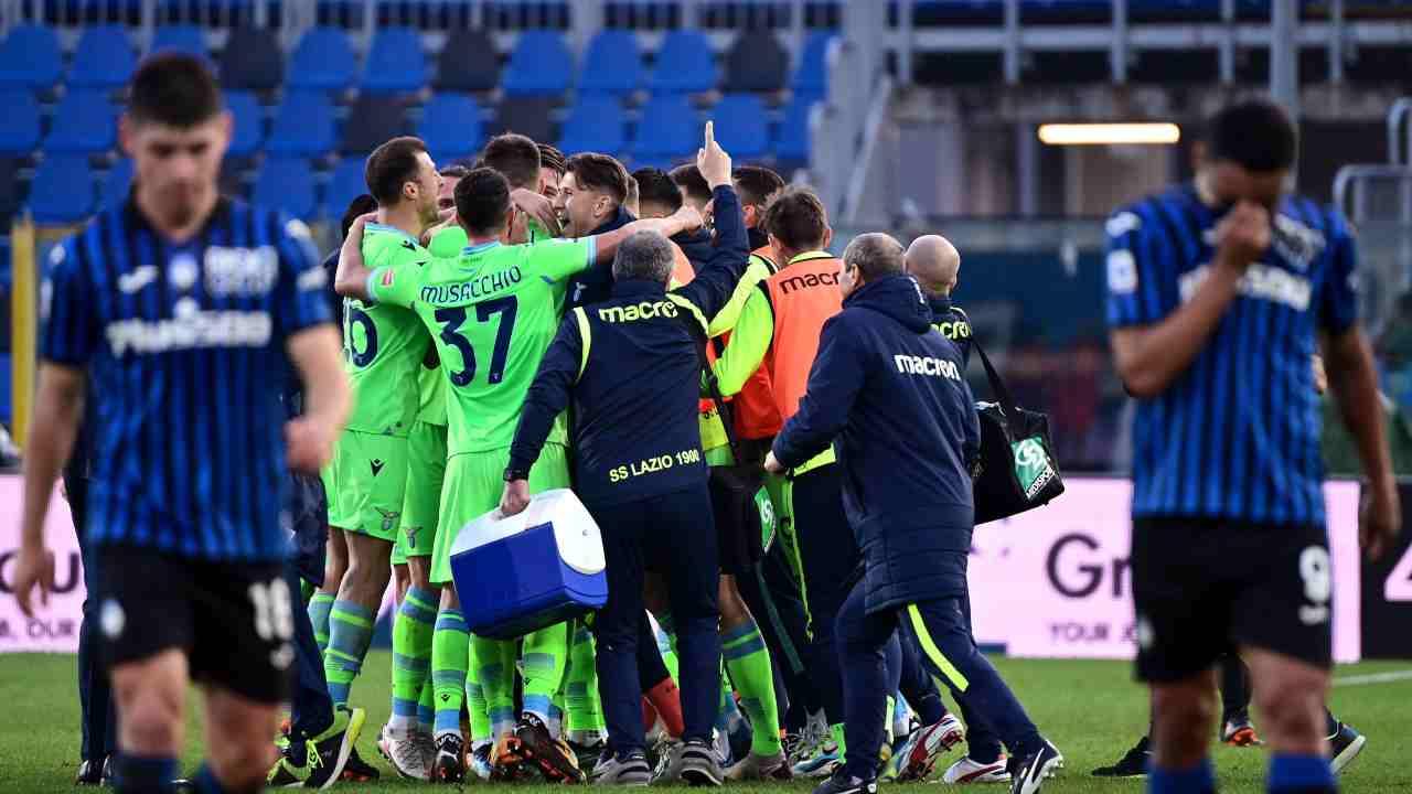 I giocatori e lo staff della Lazio festeggiano per la vittoria contro l'Atalanta nella partita di Serie A del 31 gennaio 2021 (foto di Miguel Medina/AFP via Getty Images)