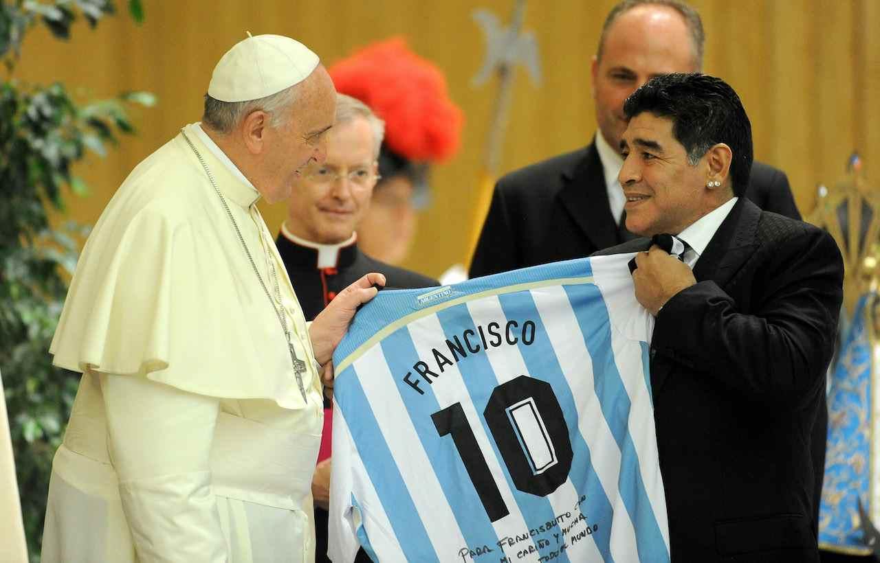 L'incontro tra Papa Francesco e Diego Armando Maradona. Getty Images