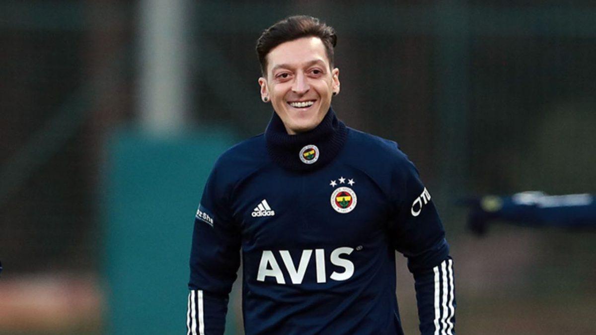 Mesut Ozil in allenamento col Fenerbahçe