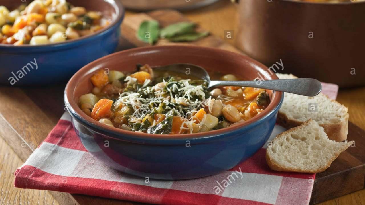 minestra di stagione con pane e cavolo nero