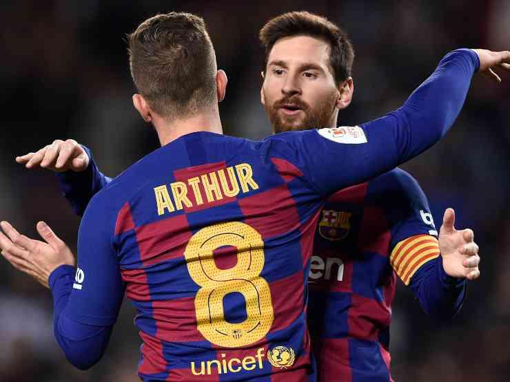 Barcellona: Arthur abbraccia Leo Messi per festeggiare il quarto gol della squadra contro il Deportivo Leganes nella Copa del Rey, 30 gennaio 2020 (Photo by Josep Lago/AFP via Getty Images)
