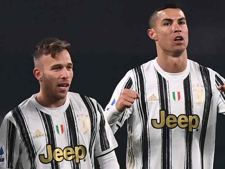 Juventus, da sinistra: Arthur e Cristiano Ronaldo festeggiano il secondo gol contro l'Udinese, 3 gennaio 2021 (Photo by Marco Bertorello/AFP via Getty Images)