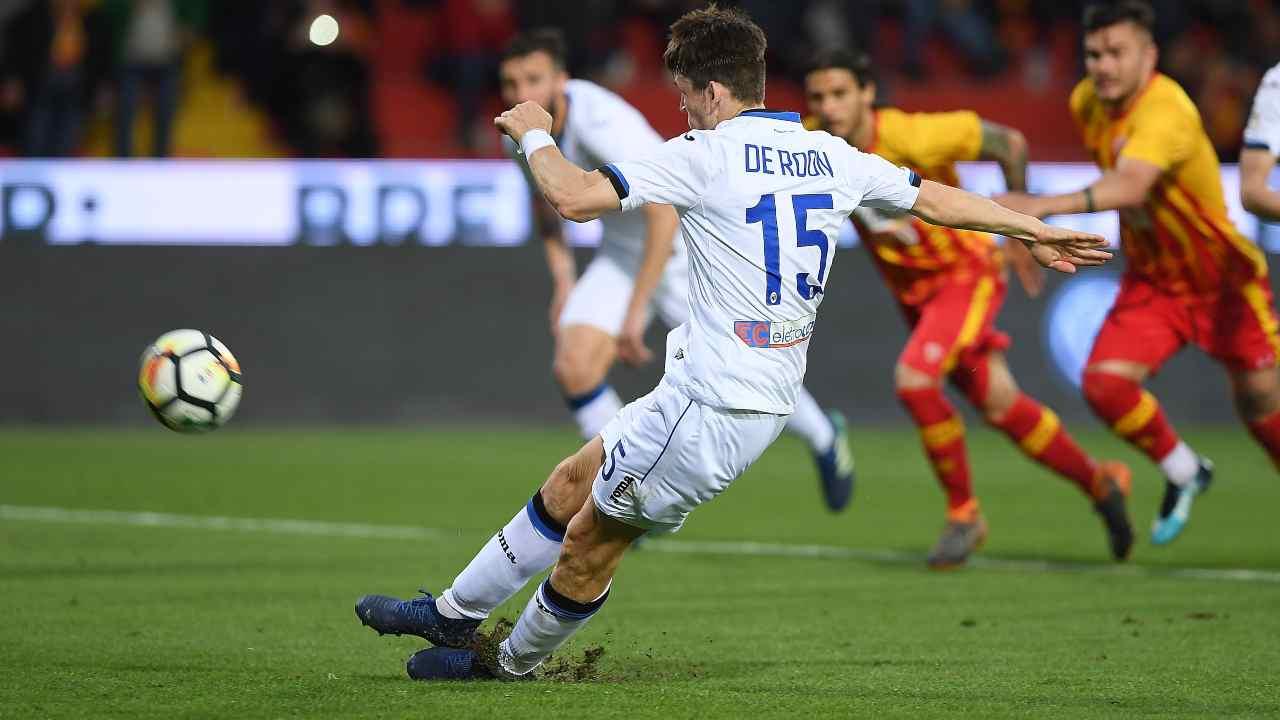 In primo piano: Marten De Roon dell'Atalanta in campo contro il Benevento, 18 aprile 2018 (foto di Francesco Pecoraro/Getty Images)