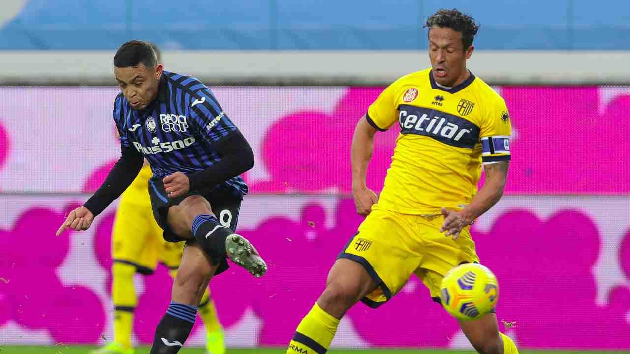 Da sinistra: l'attaccante dell'Atalanta Luis Muriel ed il difensore del Parma Bruno Alves, 6 gennaio 2021 (foto di Emilio Andreoli/Getty Images)