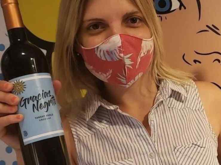 """Silvina Rosas con in mano il suo vino """"Gracias negrito"""" (foto © IAM Noticias)"""