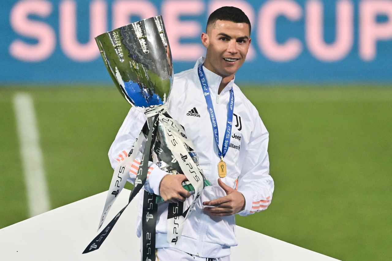 Cristiano Ronaldo con la Supercoppa (Photo by MIGUEL MEDINA/AFP via Getty Images)