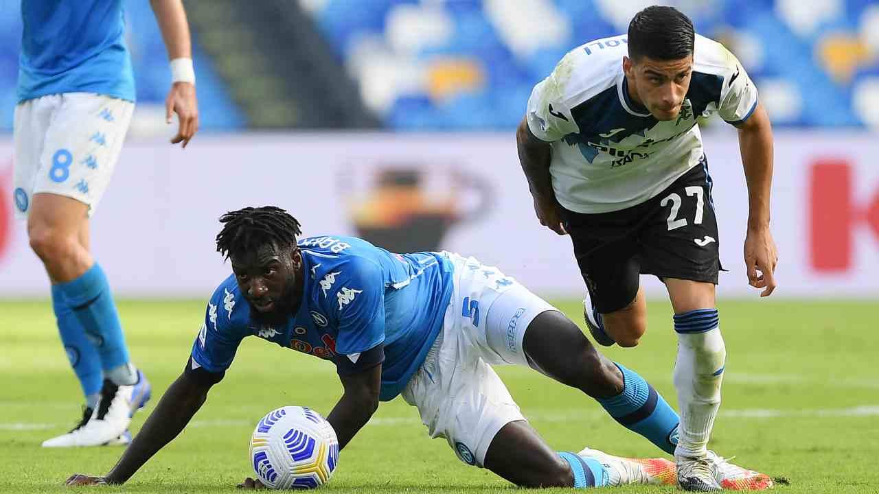 Da destra: Fabio Depaoli dell'Atalanta si contende il pallone con Tiemoue Bakayoko del Napoli (foto di Francesco Pecoraro/Getty Images)