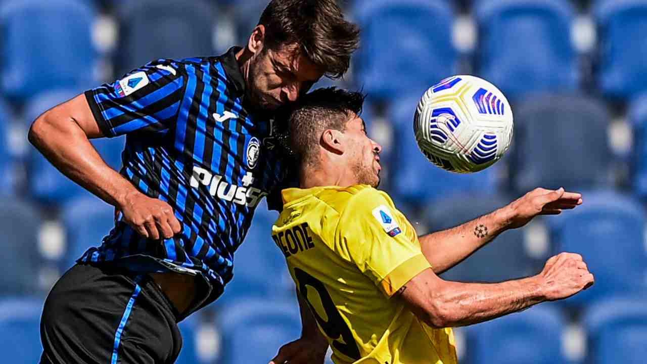 Da sinistra: il difensore Berat Djimsiti dell'Atalanta e l'attaccante Giovanni Simeone del Cagliari, 4 ottobre 2020 (foto di Miguel Medina/AFP via Getty Images)