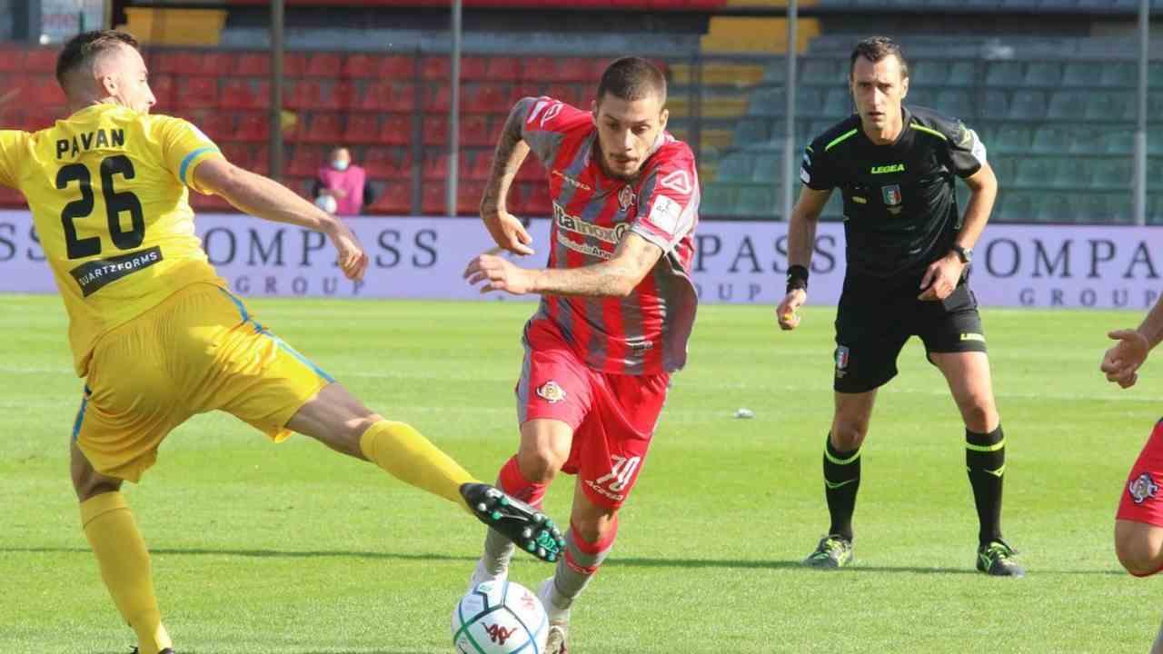 In primo piano, da destra: l'attaccante Gianluca Gaetano della Cremonese marcato da Nicola Pavan del Cittadella, 27 settembre 2020 (foto © U.S. Cremonese)
