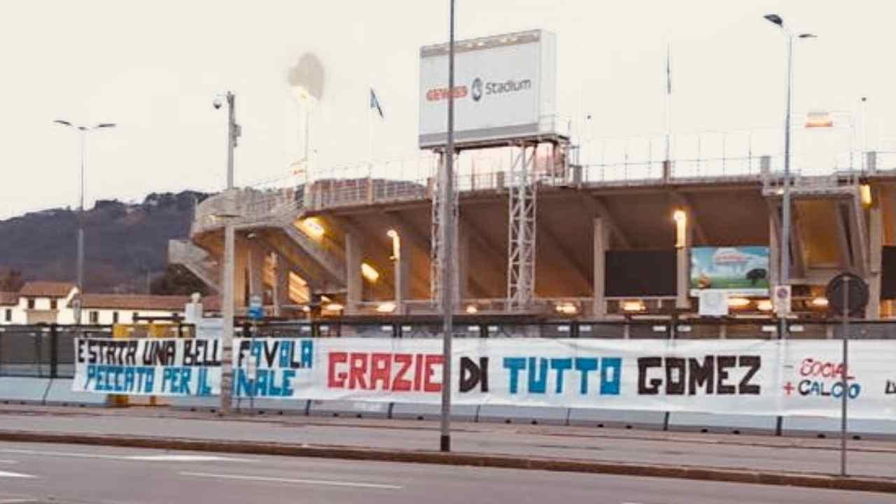 Atalanta, lo striscione per l'addio a Papu Gomez fuori dal Gewiss Stadium di Bergamo (foto © Tuttoatalanta)