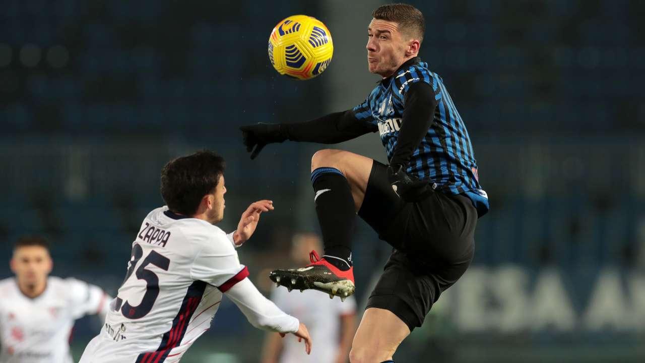 Da destra: Robin Gosens dell'Atalanta batte Gabriele Zappa del Cagliari in duello aereo (foto di Emilio Andreoli/Getty Images)