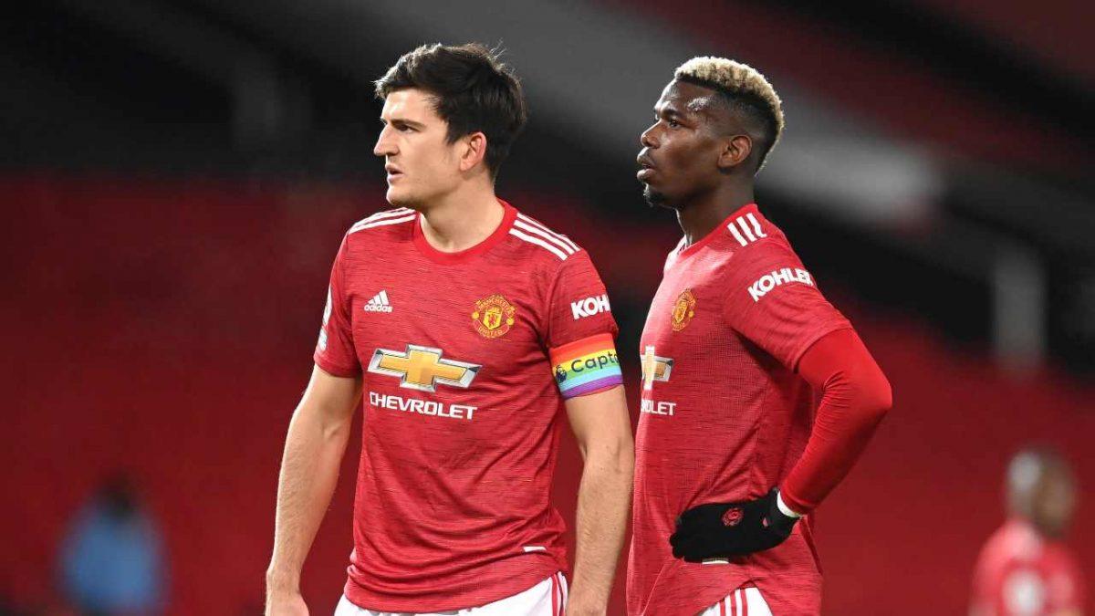 Manchester United, da sinistra: il capitano e difensore Harry Maguire ed il centrocampista Paul Pogba durante la partita di Premier League con il Manchester City (foto di Michael Regan/Getty Images)