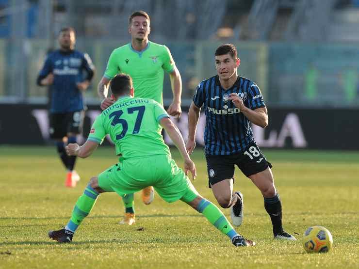 In primo piano, da sinistra: Mateo Musacchio della Lazio si contende la palla con Ruslan Malinovskyi, 31 gennaio 2021 (foto di Emilio Andreoli/Getty Images)