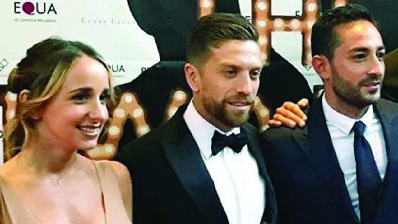 Da sinistra: la moglie Linda e Papu Gomez con l'agente Beppe RIso ad una serata a benefica a Palazzo Parigi a Milano (foto © Il Corriere della Sera)