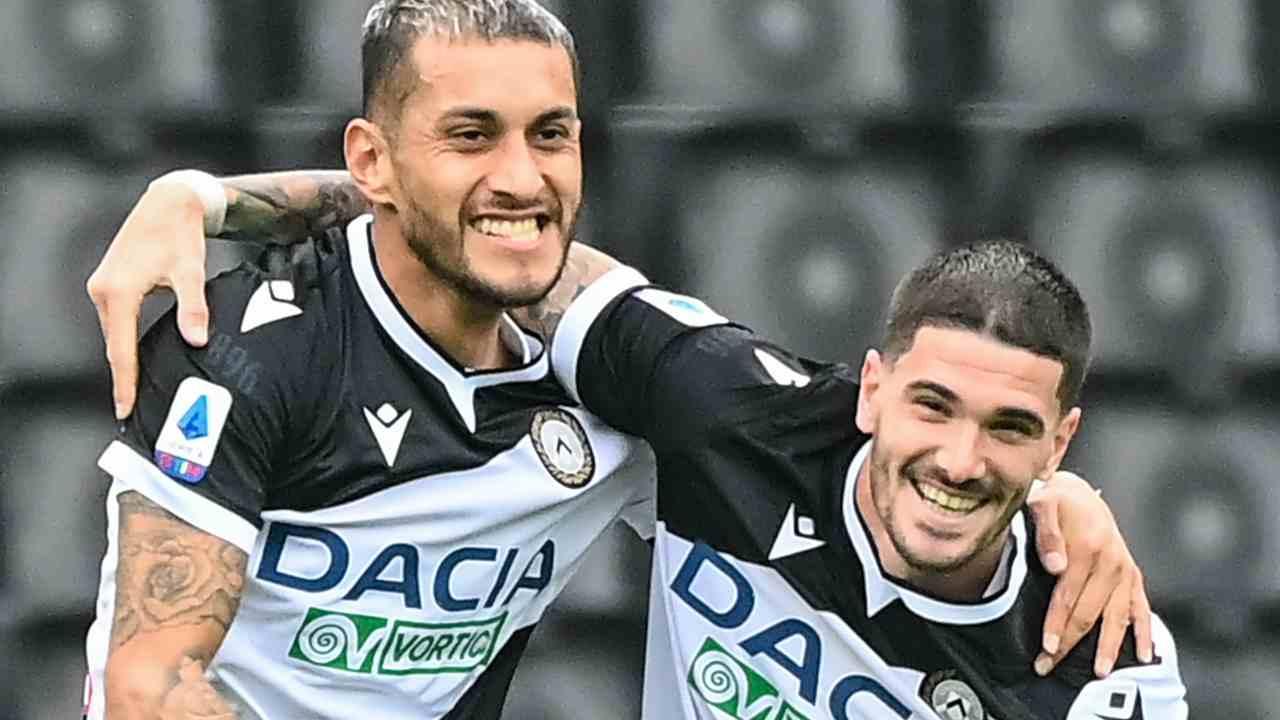 Udinese, da sinistra: Rodrigo De Paul festeggia con Roberto Pereyra dopo aver segnato un gol al Milan, 1 novembre 2020 (foto di Andreas Solard/AFP via Getty Images)