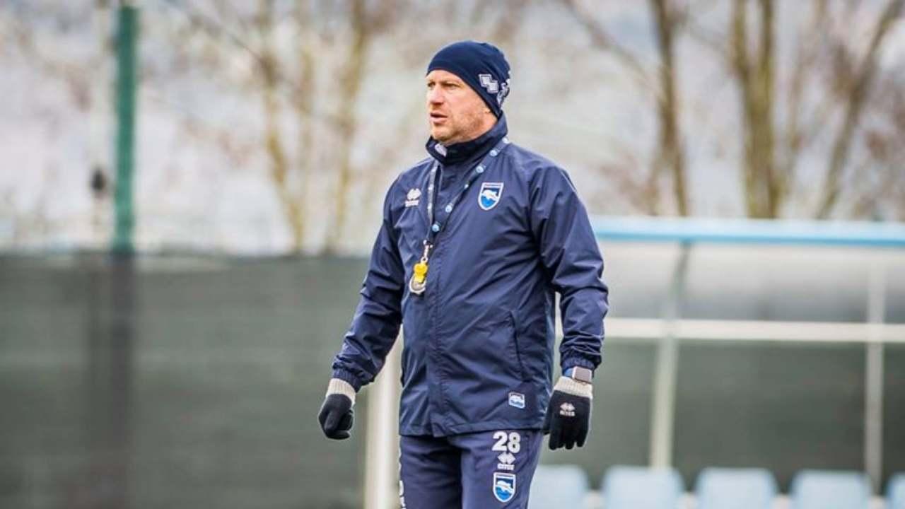 Pescara, l'allenatore Roberto Breda a bordocampo durante gli allenamenti, gennaio 2021 (foto © Pescara Calcio)