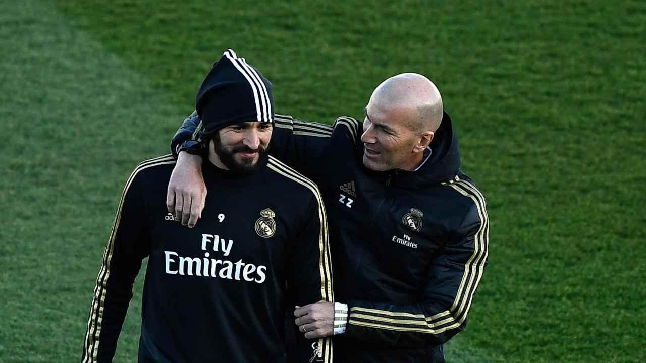 Real Madrid, da sinistra: l'attaccante Karim Benzema e l'allenatore Zidedine Zidane durante gli allenamenti, 30 dicembre 2019 (Photo by Oscar Del Pozo/AFP via Getty Images)