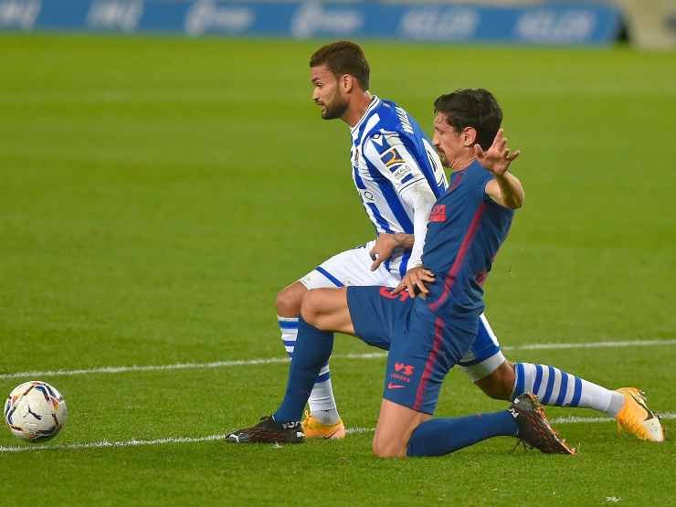 Da sinistra: l'attaccante del Real Societad Willian Jose e il centrocampista dell'Atletico Madrid Lucas Torreira, 22 dicembre 2020 (foto di Ander Gillenea/AFP via Getty Images)