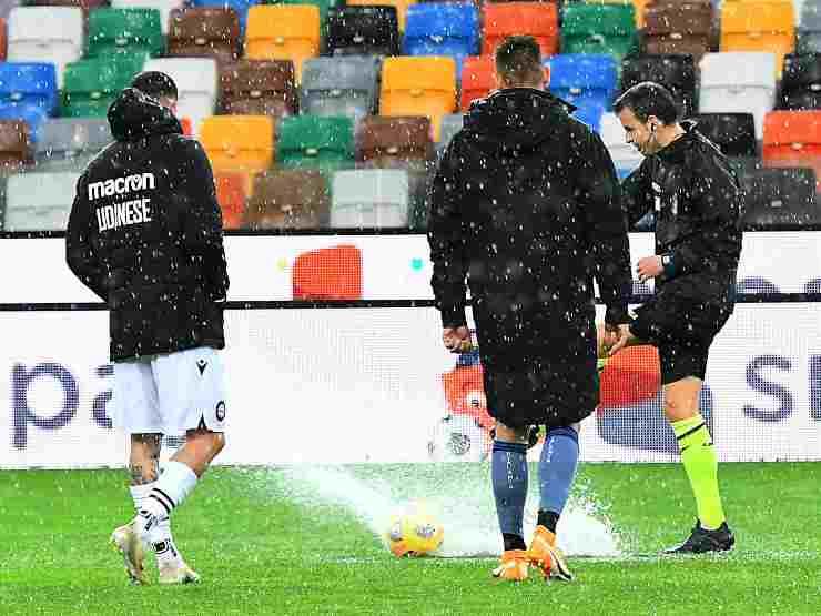 Da sinistra: Rodrigo De Paul dell'Udinese e Rafael Toloi dell'Atalanta verifificano l'agibilità del campo con l'arbitro Federico La Penna. La partita verrà rinviata. 6 dicembre 2020 (foto di Alessandro Sabattini/Getty Images)