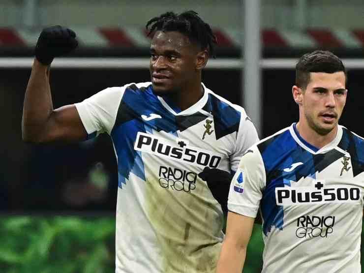 Atalanta, da sinistra: Duvan Zapata festeggia il gol dello 0-3 sul Milan con Robin Gosens, 12 gennaio 2021 (foto di Miguel Medina/AFP via Getty Images)