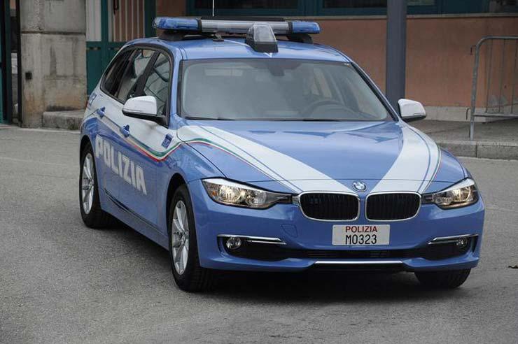 45enne aggredisce i poliziotti con un coltello, uno spara e lo uccide