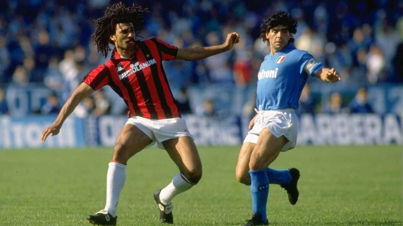 Da sinistra: Ruud Gullit del Milan in campo con Diego Maradona del Napoli, maggio 1988 (foto di Allsport UK /Allsport)
