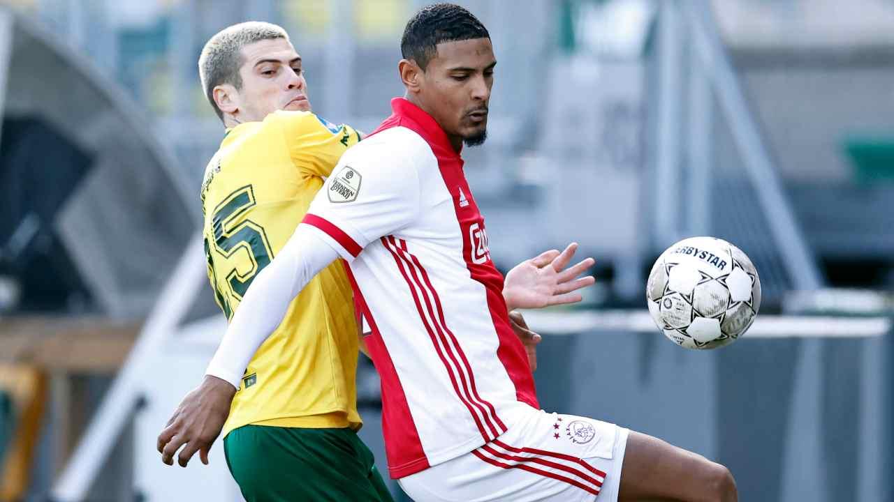 Da sinistra: Mickael Tirpan del Fortuna Sittard in marcatura su Sebastien Haller dell'Ajax (foto di Maurice Van Steen/ANP/AFP via Getty Images)