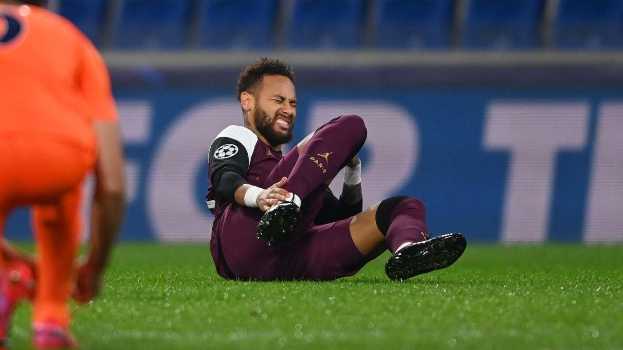 Paris Saint Germain, Neymar si infortuna durante la partita di Champions League con l'Istanbul Basaksehir del 28 ottobre 2020 (foto di Ozan Kose - Pool/Getty Images)