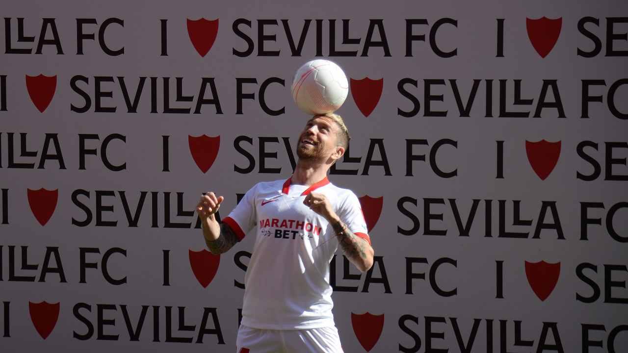 Siviglia, presentazione dell'attaccante Papu Gomez nello Stadio Ramon Sanchez Pizjuan, 28 gennaio 2021 (foto di Cristina Quicler/AFP via Getty Images)
