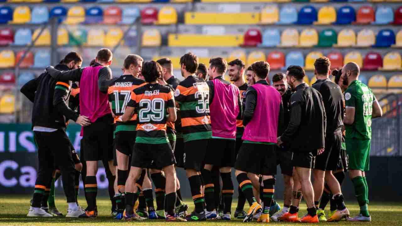 Venezia, la squadra si abbraccia in campo (foto © Venezia FC)