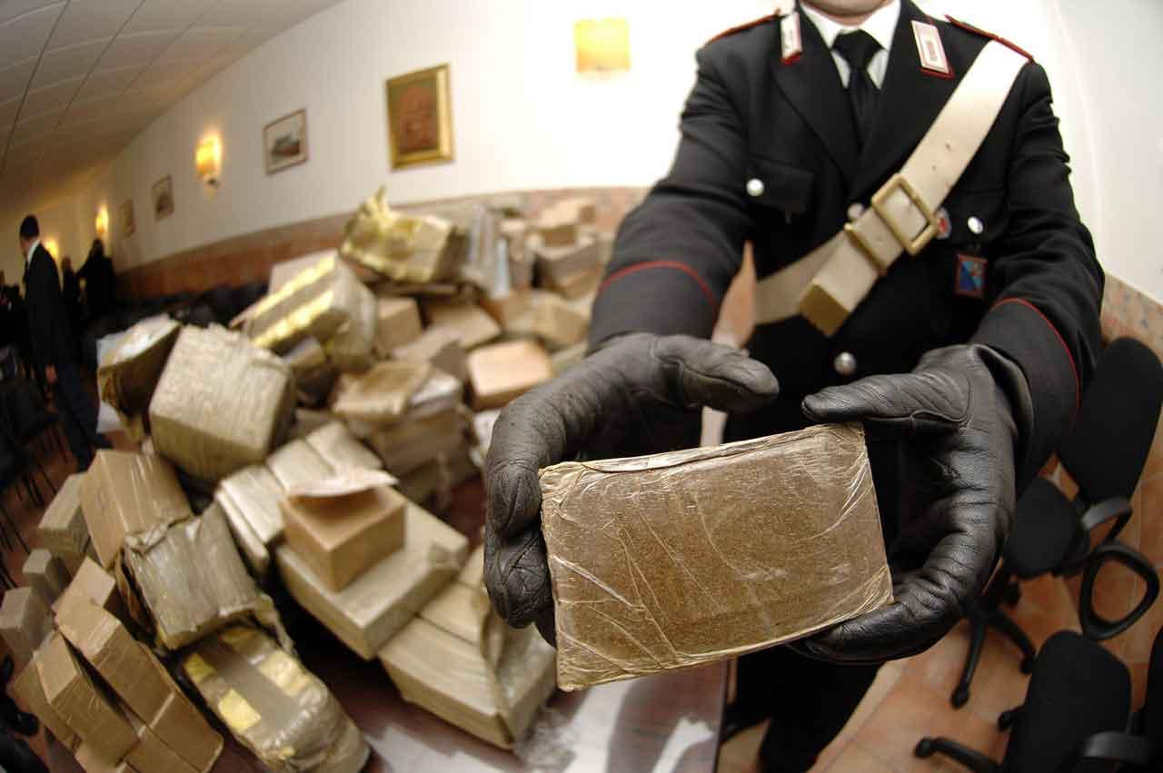 Arrestato pusher 18enne: in casa aveva una macchinetta conta soldi