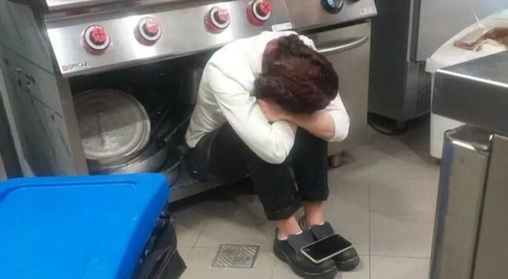 """La foto virale della ristoratrice in ginocchio per la zona rossa: """"Sono senza dignità"""""""