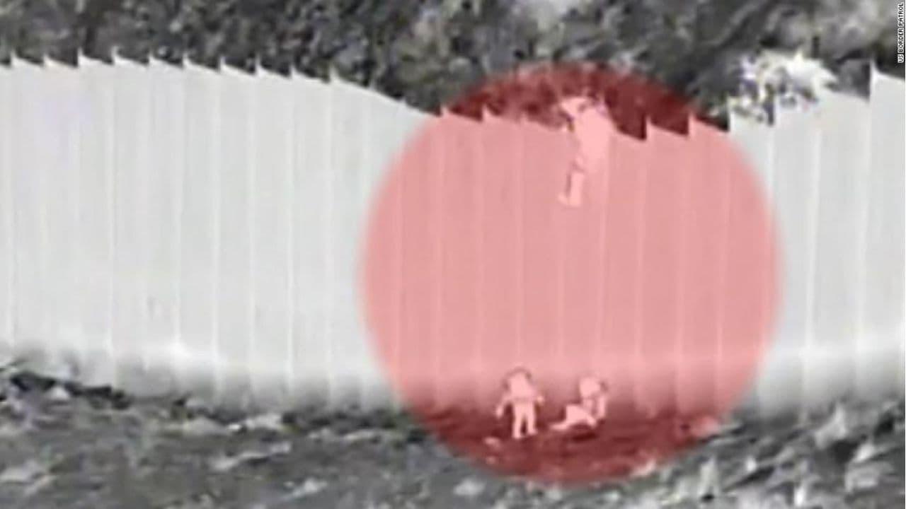 bambine buttate oltre il muro messico usa - meteoweek