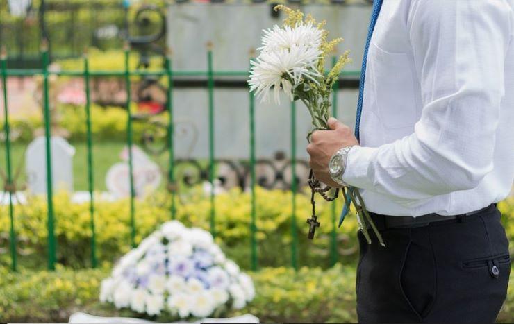 I ladri gli svaligiano casa mentre è al funerale della moglie con i suoi figli - www.meteoweek.com
