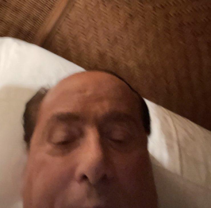 Foto di Berlusconi a letto - Meteoweek